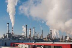 raffineria di petrolio con i camini di fumo Immagini Stock
