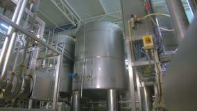 Raffineria di petrolio, costruzione della conduttura del combustibile dentro la fabbrica della raffineria video d archivio