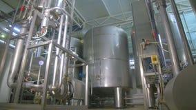 Raffineria di petrolio, costruzione della conduttura del combustibile dentro la fabbrica della raffineria stock footage