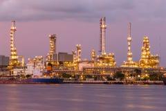 Raffineria di petrolio crepuscolare con trasporto Immagine Stock Libera da Diritti