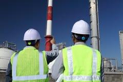 Raffineria di petrolio dei due assistenti tecnici Fotografie Stock