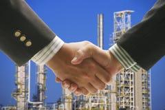 Raffineria di petrolio del fondo di scossa della mano fotografie stock libere da diritti