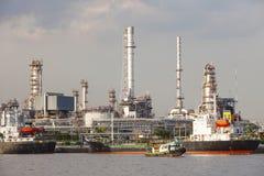 Raffineria di petrolio e nave di autocisterna su porto nell'uso dell'industria pesante per la e Fotografie Stock