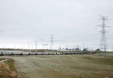 Raffineria di petrolio e treno a Edmonton, Alberta Immagini Stock Libere da Diritti