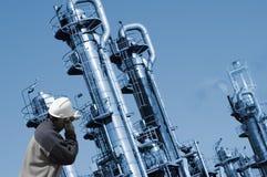 Raffineria di petrolio ed operaio Fotografie Stock Libere da Diritti
