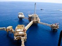 Raffineria di petrolio in mare aperto degli impianti di perforazione Fotografia Stock Libera da Diritti