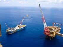 Raffineria di petrolio in mare aperto degli impianti di perforazione Immagine Stock