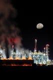 Raffineria di petrolio nell'ambito della luce della luna immagine stock libera da diritti