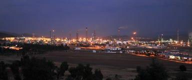 Raffineria di petrolio di Puertollano alla notte, provincia di Ciudad Real, Spagna immagine stock libera da diritti