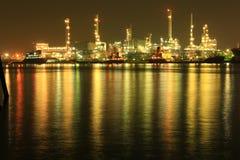 Raffineria di petrolio tailandese alla notte Immagini Stock