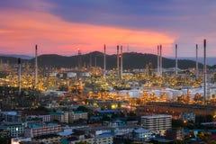 Raffineria di petrolio di vista aerea con un fondo delle montagne e del cielo immagini stock
