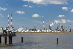 Raffineria e molo del porto di Anversa Immagini Stock
