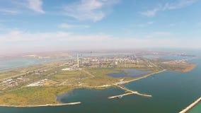Raffineria moderna sulla riva di mare, vista aerea video d archivio