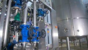 raffinerie Ölen Sie, tanken Sie Rohrleitungsbau innerhalb der Raffineriefabrik stock footage