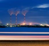 Raffinerie allumée en soirée Photos stock