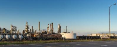 Raffinerie au coucher du soleil Photos stock
