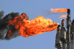 Raffinerie-Aufflackern lizenzfreies stockbild
