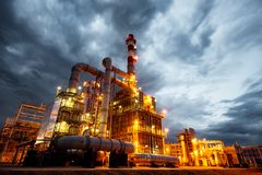 Raffinerie de pétrole à la soirée Photographie stock