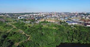 Raffinerie de pétrole aérien dans la ville clips vidéos