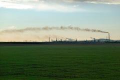 Raffinerie de pétrole au coucher du soleil Photographie stock libre de droits