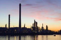 Raffinerie de pétrole au coucher du soleil Image libre de droits