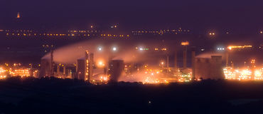 Raffinerie de pétrole au crépuscule Photos libres de droits