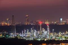 Raffinerie de pétrole au crépuscule Photographie stock