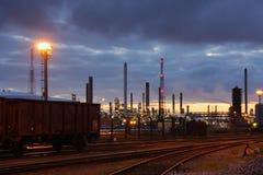 Raffinerie de pétrole au crépuscule images libres de droits