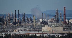Raffinerie de pétrole au jour photos stock
