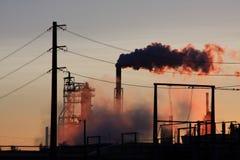 Raffinerie de pétrole avec des lignes électriques Image stock