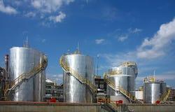Raffinerie de pétrole avec des réservoirs Photo libre de droits