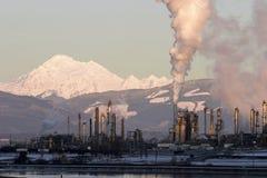 Raffinerie de pétrole avec la vapeur image libre de droits