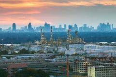Raffinerie de pétrole avec le fond de coucher du soleil Image libre de droits