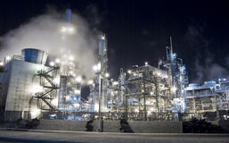 raffinerie de pétrole brumeux de lueur photographie stock