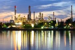 Raffinerie de pétrole de Bangkok dans le temps crépusculaire Image stock