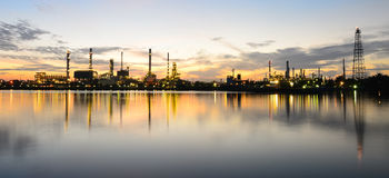 Raffinerie de pétrole de Bangkok de panorama en temps de matin Photographie stock libre de droits