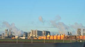 Raffinerie de pétrole et de gaz avec la cheminée de tabagisme Photographie stock libre de droits