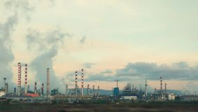 Raffinerie de pétrole et de gaz au crépuscule banque de vidéos