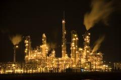 Raffinerie de pétrole la nuit Photographie stock libre de droits