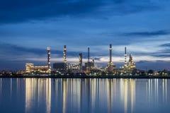 Raffinerie de pétrole le long de la rivière au crépuscule, Bangkok, Thaïlande Photo libre de droits