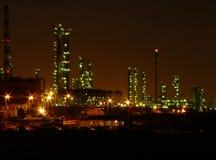 Raffinerie de pétrole par nuit Image libre de droits