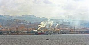 Raffinerie de pétrole sur la côte rocheuse de la Mer Rouge Photographie stock libre de droits