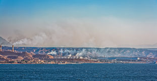 Raffinerie de pétrole sur la côte rocheuse de la Mer Rouge Images stock