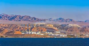 Raffinerie de pétrole sur la côte rocheuse de la Mer Rouge Photos libres de droits