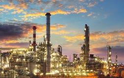 Raffinerie de pétrole et de gaz au crépuscule Photos stock