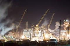 raffinerie de pétrole industriel de grue Photos stock