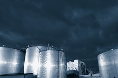 Raffinerie de réservoirs de carburant au crépuscule Image libre de droits