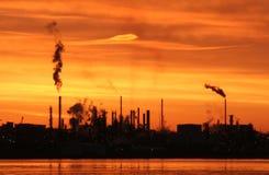 Raffinerie an der Dämmerung Stockfotos