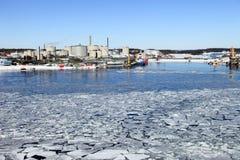 Raffinerie in der Winterlandschaft Stockbild