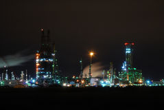 Raffinerie illuminée la nuit Photos stock
